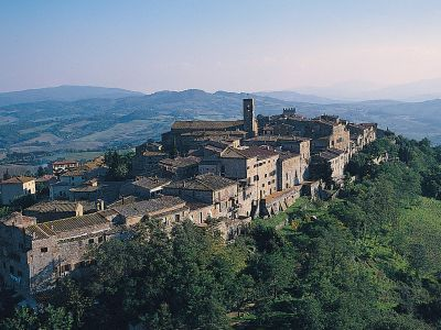 Casole d'Elsa ... the enchantment of  silent Tuscany. Just 1 km from Casa Podere Monti.